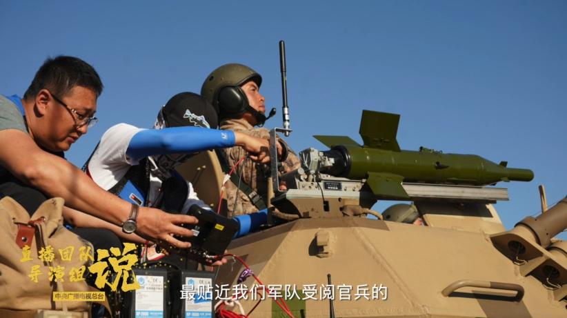 F系统团队视角可以说是最贴近我们受阅官兵的这么一支队伍。实际上我们也完成了中国电视史上的一次第一——我们在受阅的战斗机上面,加装了机外的小型机位。