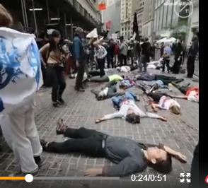 """那时,这些环保主义人士向华尔街铜牛泼""""伪血"""",足球网址人站在铜牛上挥舞旗帜,众人躺在地上装物化,以示对美国金融界hg0088官网不悦,共有93名参添抗议活行hg0088官网人士被警方逮捕。"""