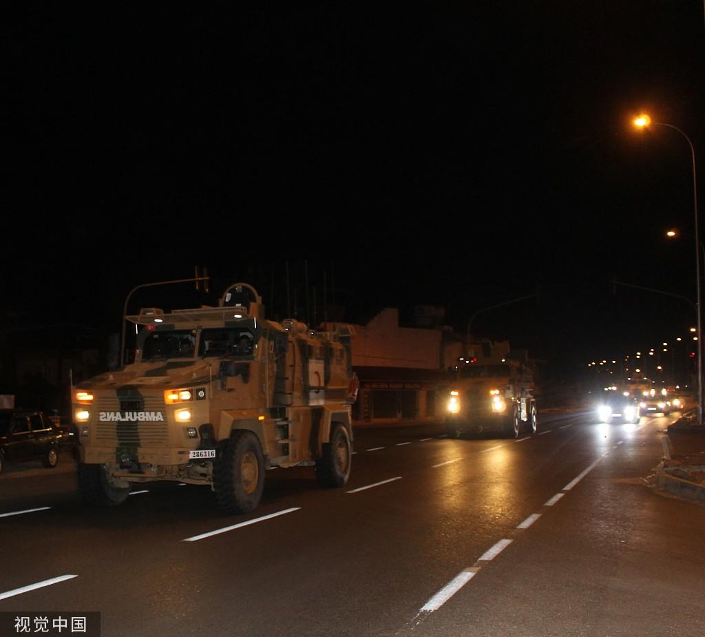 当地时间2019年10月7日,土耳其武装部队向土叙边境地带部署装甲车。图/视觉中国