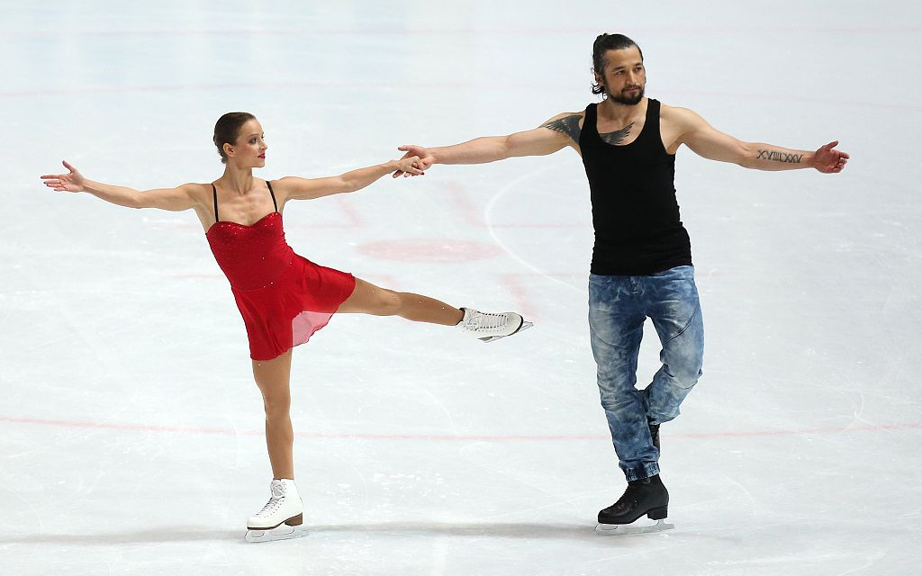 伊尔汗(右)与女友练习花样滑冰。图/视觉中国