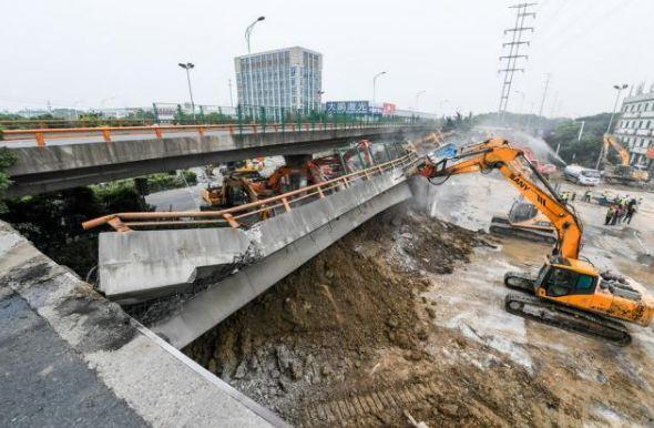 江苏无锡立交桥面侧翻事故已造成