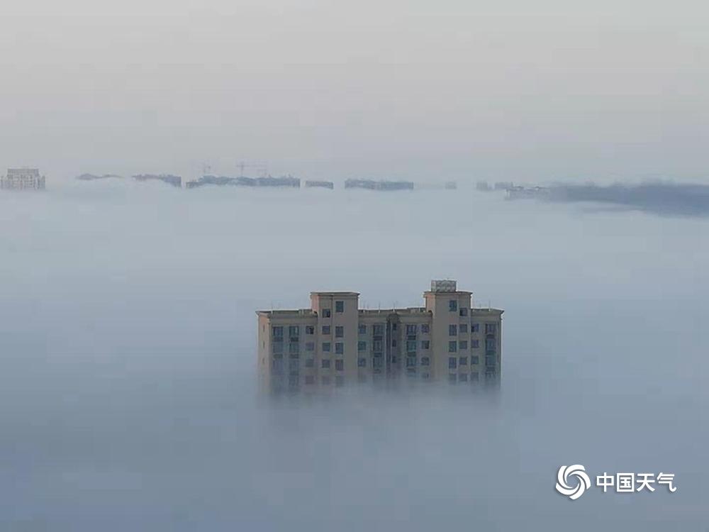 江西发布下半年首个大雾橙色预警 高楼雾中若隐若现