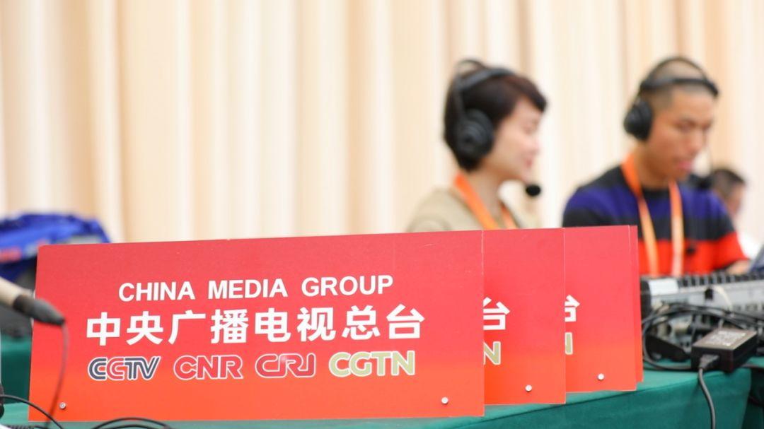 此次进博会,中央广播电视总台派出超强报道阵容——1350名记者,22名外籍雇员进行融媒体报道。