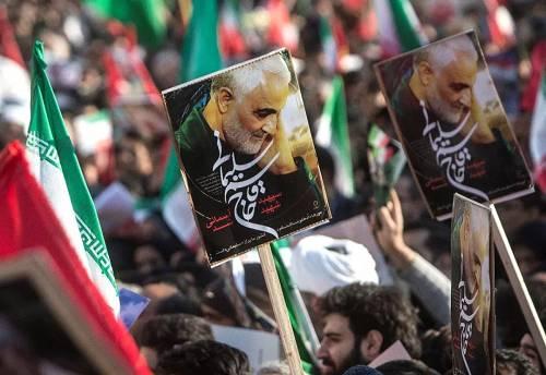 1月6日,在伊朗首都德黑兰,伊朗民众为苏莱曼尼送行。(新华社发)