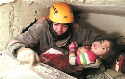 被困地震废墟28小时 土耳其2岁女童获救