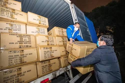 1月26日早晨4点,一辆满载10万只口罩的中通快递货车,在幼雨中抵达主意地武汉。这辆快递货车从安徽省宁国市一家口罩厂家起程,历经9个幼时的车程后,将这批口罩送达最必要的地方。这是菜鸟网络说相符海内表物流企业开通武汉声援物资免费运输通道以来,送达武汉的第一单声援物资。申通快递