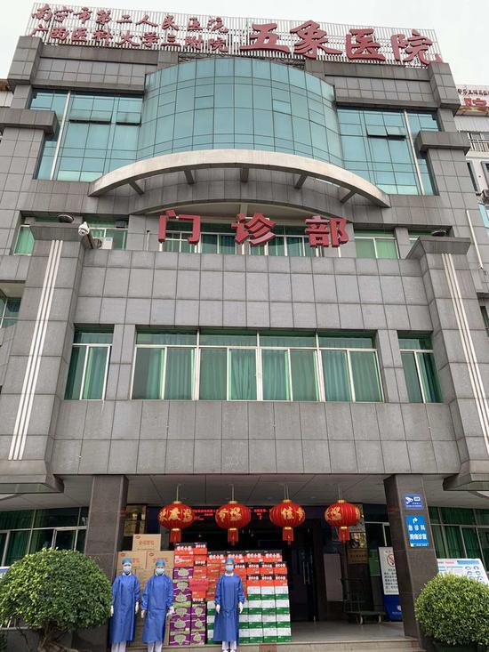 图为交通银行广西区分行为南宁市第二人民医院五象分院捐赠抗疫物资