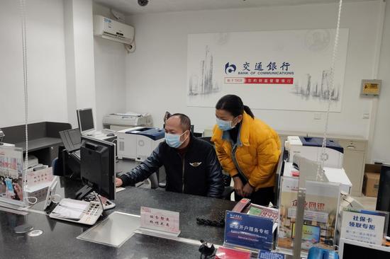 图为交通银行南宁桃源支行工作人员在查询专项医保基金拨付情况