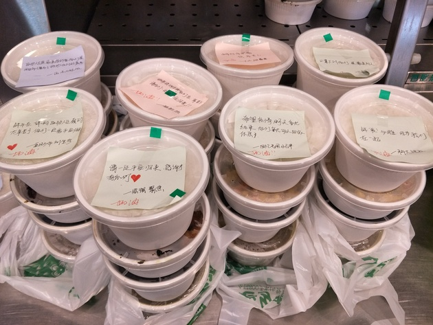 老乡鸡武汉门店免费给医务人员送餐,这些便签纸,是通过网上征集网友对医护人员说的话