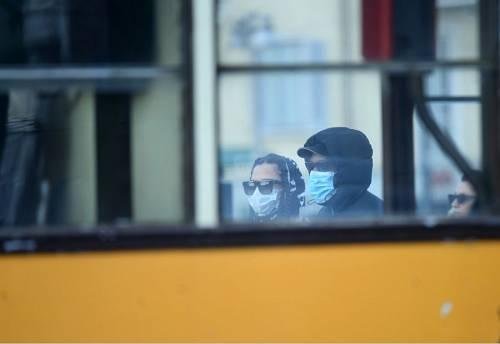 2月26日,在意大利米兰,人们佩戴口罩出行。图片来源:新华社 马斯科洛摄