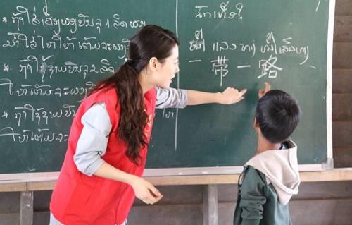 中老铁路青年自觉者在中老铁路沿线私塾教授汉语