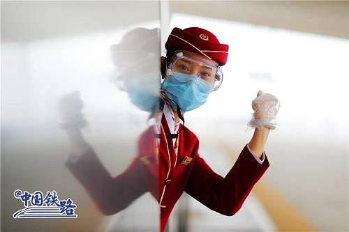列车配备答急处置药箱一套,包括一次性医用口罩、一次性手套、护此刻镜、体温计、防护服、消毒剂等。