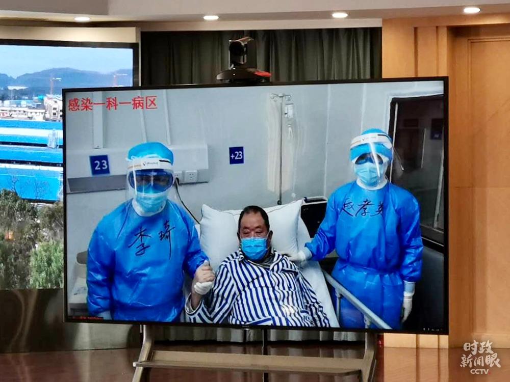听到总书记的鼓舞,医护人员和患者的手紧紧握在了一首。(总台央视记者杨立峰拍摄)