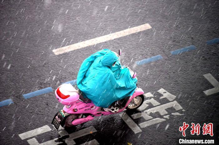暴雨袭福州 出行市民全身浇透