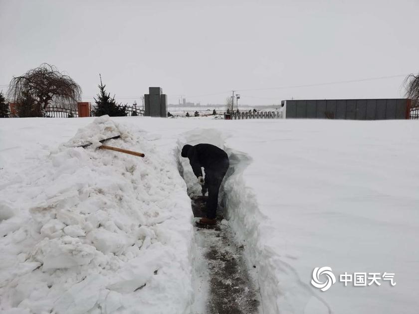 内蒙古局地遭遇特大暴雪 积雪最深达43厘米