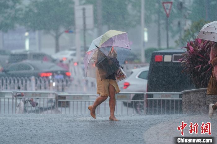 暴雨袭击南宁 市民出行受阻