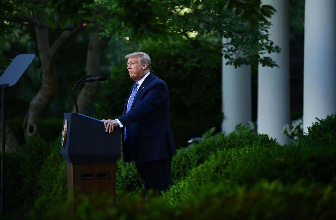 罕见!特朗普威胁出动军队镇暴,白宫附近遭人纵火,总统二次进入掩体躲避!尸检报告:非洲裔男子窒息致死