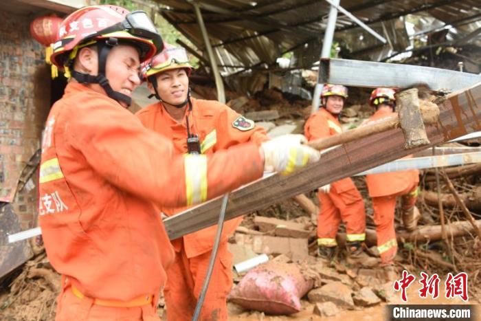 广西田林山体滑坡压塌民房 被压村民不幸遇难