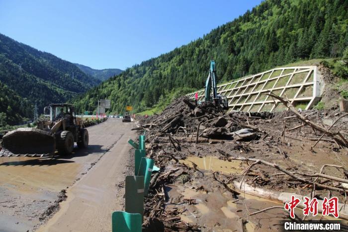 四川汶马高速突发泥石流灾害致道路中断 目前已恢复半幅通行