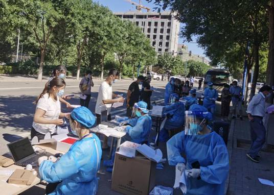 疫情发生以来,北京核酸检测量持续饱和,连日高温天气中,迪安和复星的一线工作人员全副武装连轴奋战
