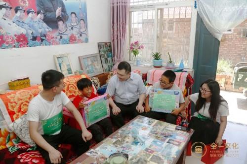 金一文化公益志愿团队亲切慰问孩子们的生活学习情况(住房为当地政府提供)