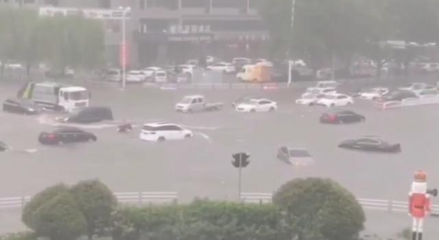 """台风""""巴威""""发威,青岛街面积水成河汽车漂浮"""