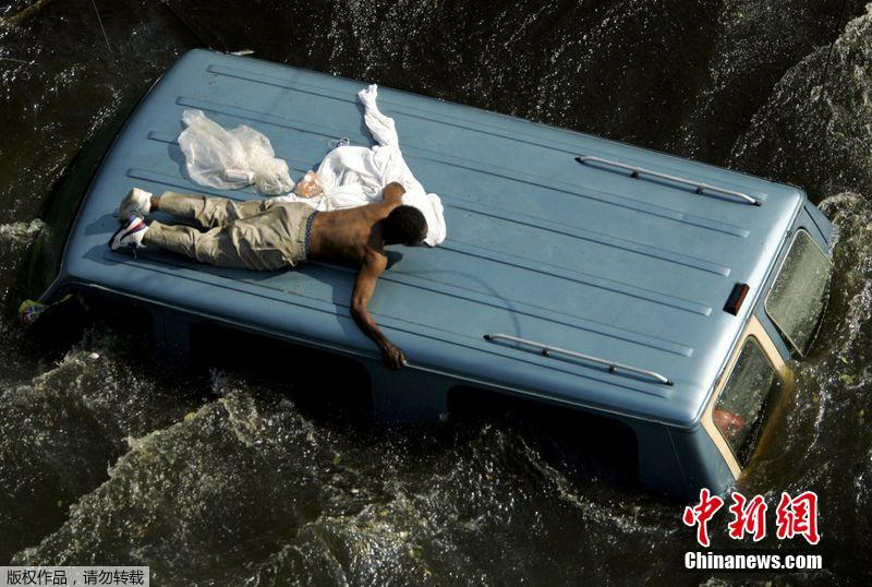 美国疫情之下迎来飓风季,勾起15年前的恐怖回忆……