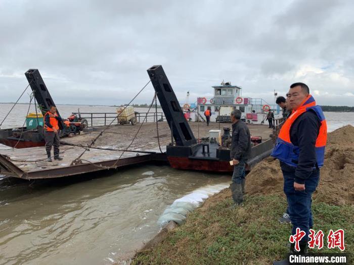 水位距离决堤仅30厘米 黑龙江5名被困群众深夜被救