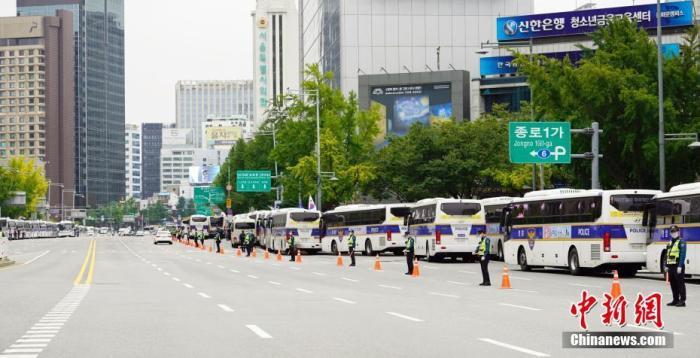 """韩民间团体发起""""免下车""""集会 首尔调大批警力防疫情"""