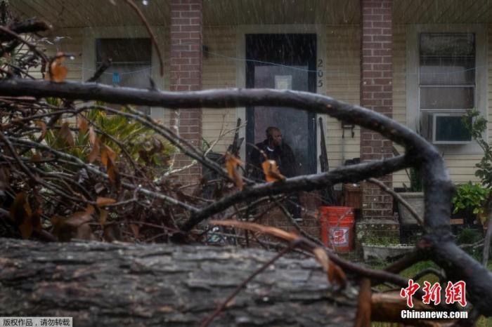 """飓风""""德尔塔""""席卷美国路易斯安那州西南部 造成逾30万用户断电"""