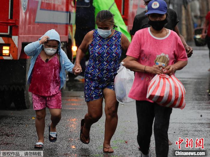 """台风""""天鹅""""袭菲致4人亡 当局:或现""""灾难性""""局面"""