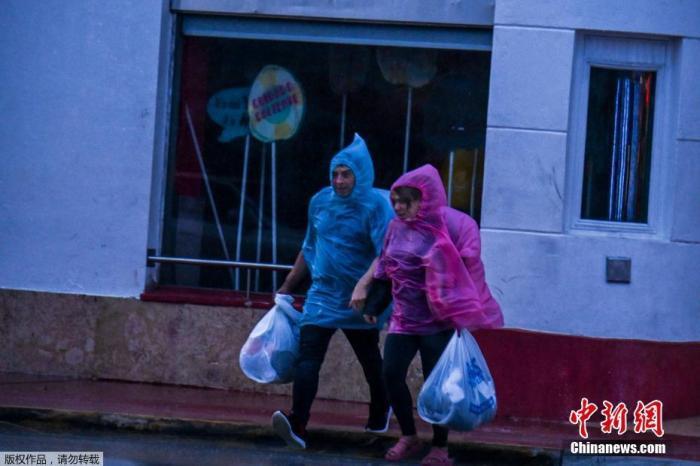 """热带风暴""""埃塔""""在美佛州登陆 带来强降雨引发洪水"""