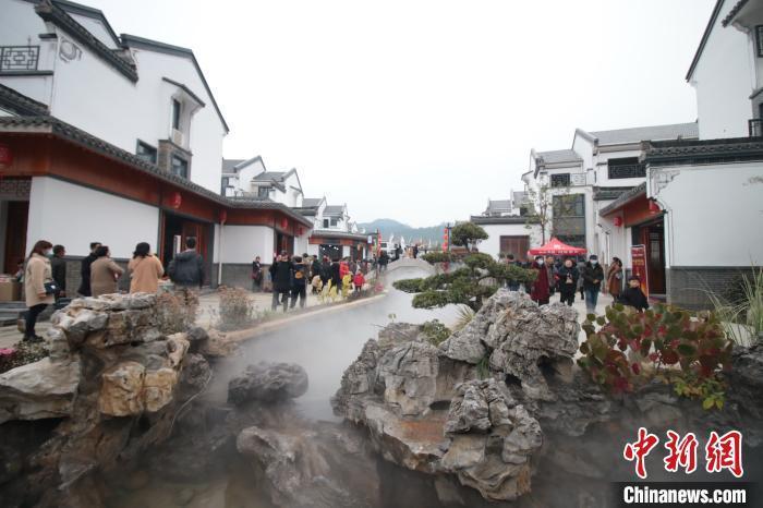 """航拍江西德兴""""最美新农村"""":仿古城池迎客来"""