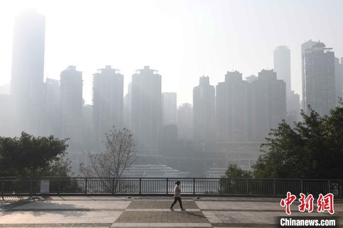重庆主城被大雾笼罩 首要污染物为PM2.5