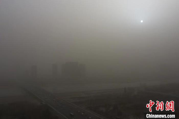 山西多地遭遇重度雾霾 城市高楼若隐若现