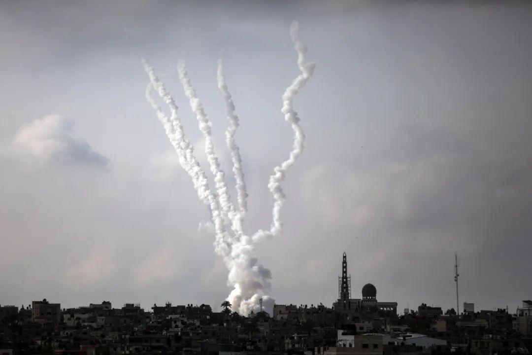 中东战火再燃!千枚火箭弹飞向以色列,夜空明亮如白昼,国际油价会怎么走?