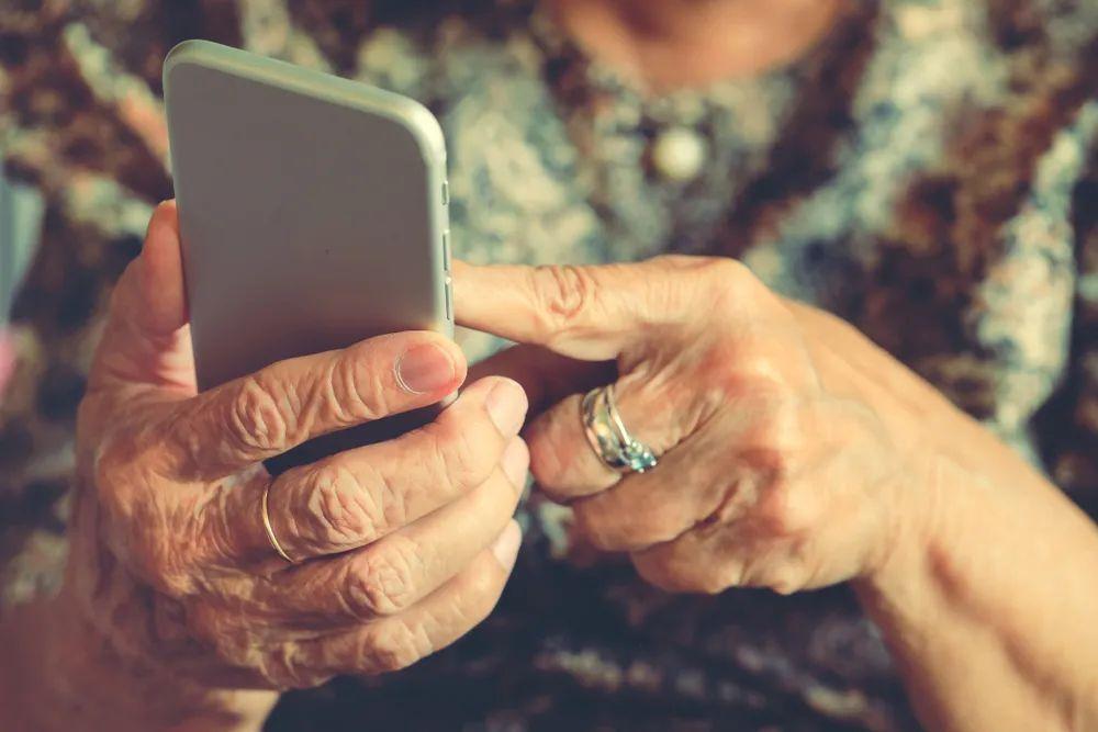 """被抛弃,被收割?老年人""""上网""""有多难?"""