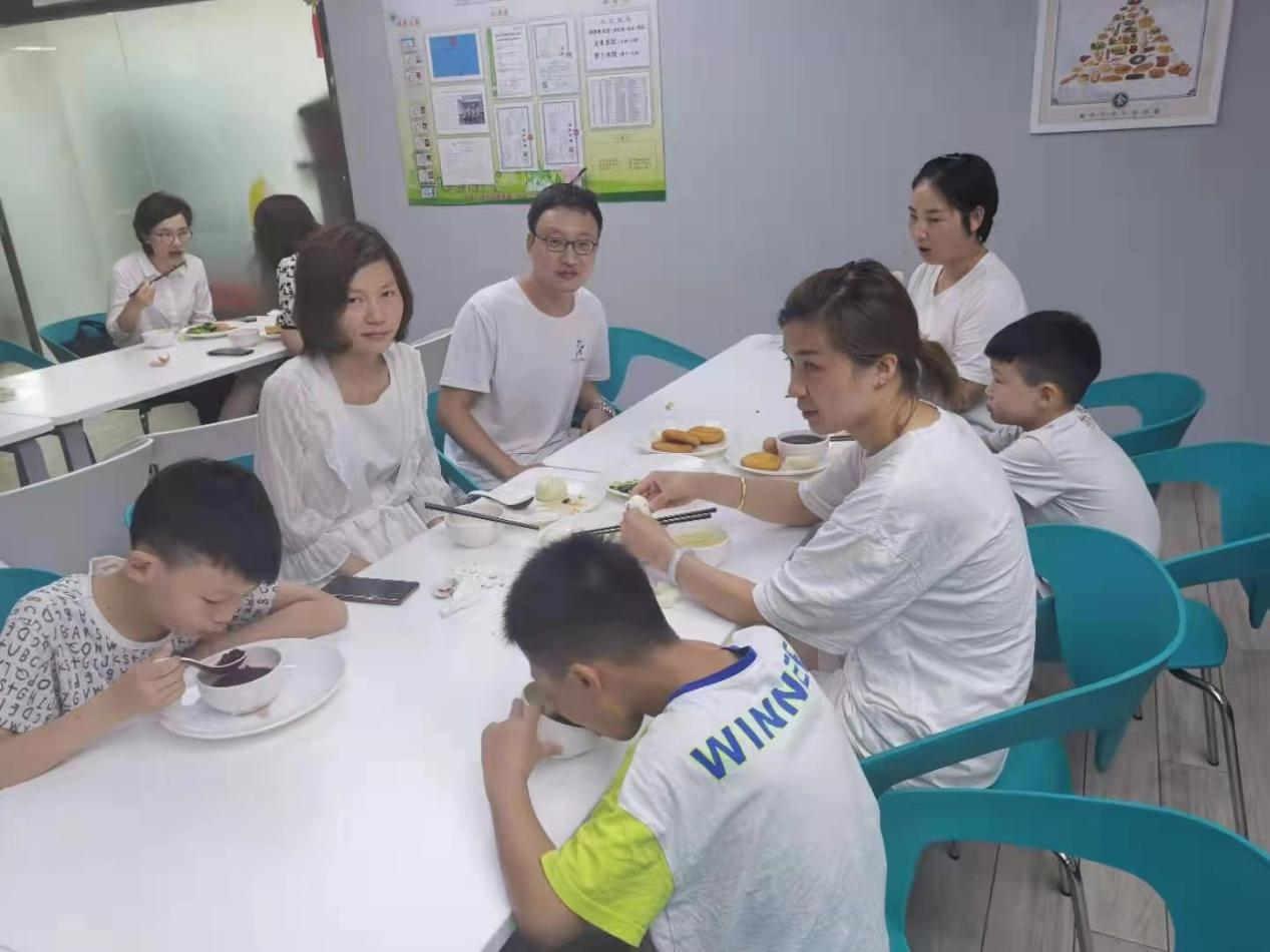 中国太保寿险河南分公司为滞留客户提供餐食