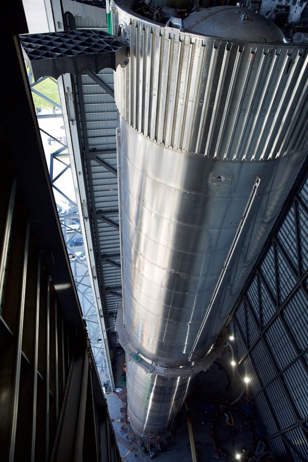 马斯克晒超重型火箭助推器:16层建筑的高度 相当壮观