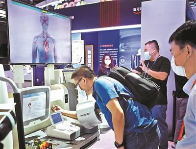 全球首台自动鼻咽拭子采样机器人亮相服贸会
