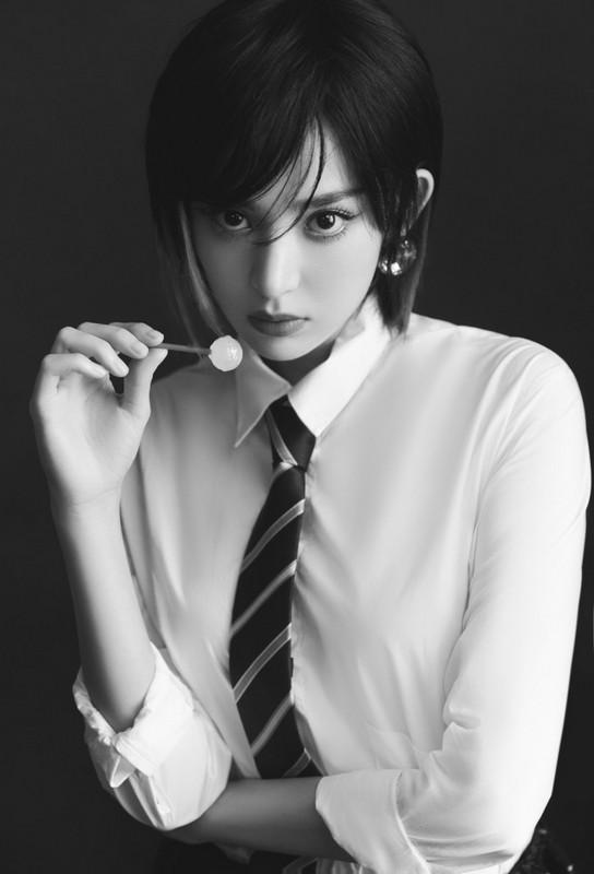 娜扎着白衬衫搭个性领带 变身甜酷少女