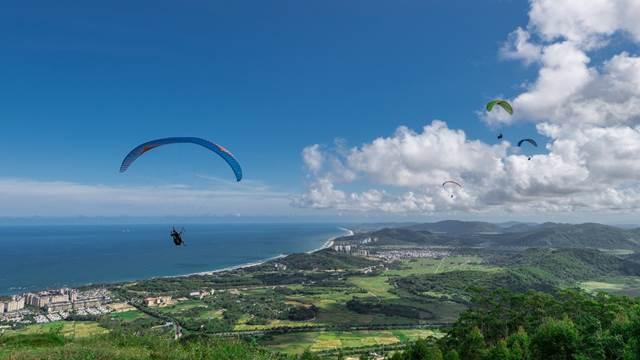 三亚不断丰富旅游消费形式,图为旅客在海棠湾跳伞(图/视觉中国)