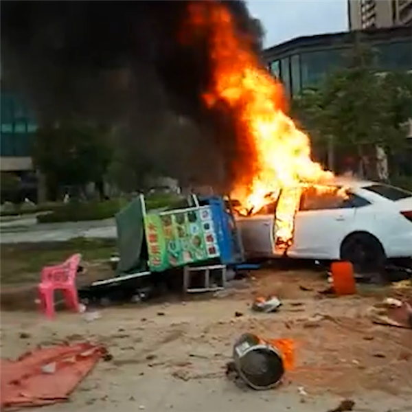 广东一轿车撞入路边摊致6死13伤:现场烈火浓烟