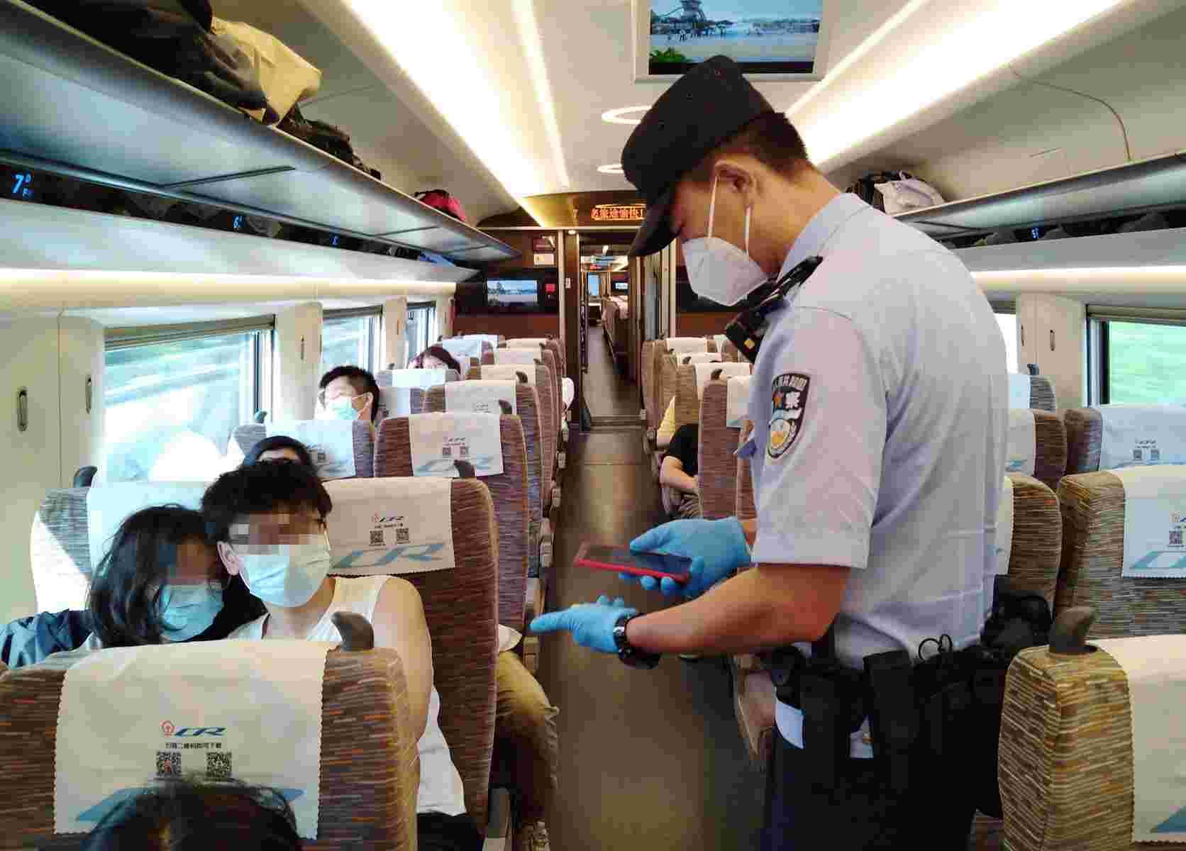 两节假期临近,北京铁警增强进出京的重点旅客列车巡逻