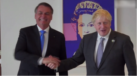 """""""尴尬了!""""约翰逊劝巴西总统打阿斯利康疫苗,还说自己已打两针,博索纳罗摇摇食指笑了……"""
