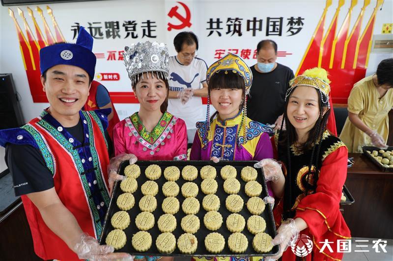 山东东营:民族团结一家亲 同做月饼话团圆