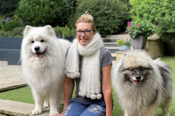 女子收集一斤重宠物狗毛发编织围巾:成果让网友羡慕