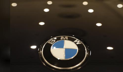 韩国交通部表示,将对德国豪华汽车制造商宝马提起诉讼,控其涉嫌推迟问题汽车召回、隐瞒导致今年该国数起宝马车引擎起火的缺陷。此外,韩国交通部还因宝马推迟召回而要求对其处以112亿韩元(996万美元)的罚款。